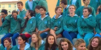etudiants qui portent des sweats de promo